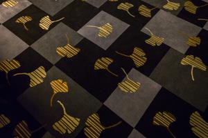 床のカーペットは、表通りの銀杏並木の葉がモチーフになっている。
