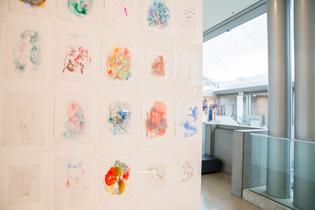 私が一番好きだった松井智惠さんの「一枚さん」(2013)。毎日一枚描いているという、色とりどりの、女の子の空想のお絵かき。