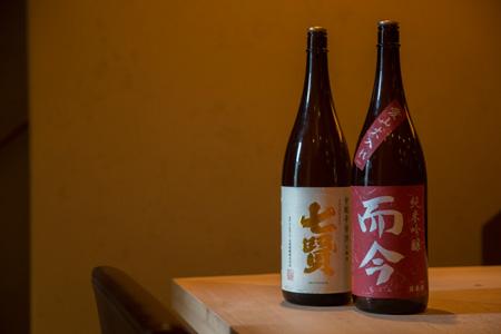 日本酒もすべて顔見知りの蔵元のみ。 「七賢 甘酸辛苦渋(かんさんしんくじゅう)」一合700円、 「而今 純米吟醸 愛山 火入れ」一合900円