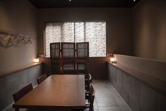 カウンターの1階のほか、テーブル席の2階も人気が高い。