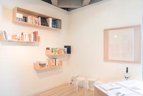 磯崎氏の著作も作品として展示されている。