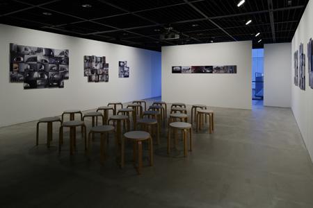 会場内に配置された椅子も、伊東豊雄展の雰囲気を高めてくれる。 (C) Nacása & Partners Inc.