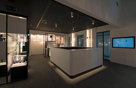 「アトリウム2」は、「アトリウム1」(一番上の写真)の空間に続いており、YAMAGIWAが取り扱うブランド商品が展示されている。