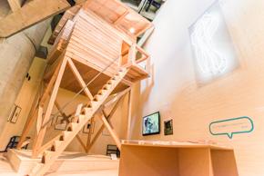 〈鳥小屋(トリー・ハウス)〉と呼ばれている軽井沢の書斉(1982)。この書斉を展覧会場に現寸で再現。
