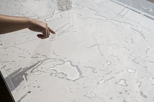 静岡文化芸術大学デザイン学部の「水滴画」。ガラスの上に水滴を流すと、その文様が太陽の光を通してアート作品になる。