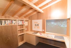 四畳半程度の〈鳥小屋(トリー・ハウス)〉の内部。磯崎氏のお気に入りの空間。
