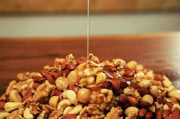 ▲国産の百花蜂蜜をたっぷりと使ったローストハニーナッツ。あっさりとした軽い甘み。