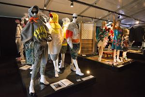 30歳以下の若手対象のヤングクリエイター展でのファッション部門の展示。