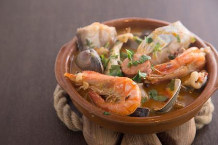 魚介と自家製チョリソのフェイジョアーダ 1,600円 白インゲン豆と魚介たっぷりの優しい味。豆と肉類などを煮こむフェイジョアーダは ポルトガルの植民地にも広がって、多くの国で国民食になっている。