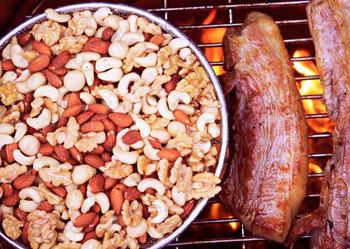 ▲オーナー手製のベーコンと一緒にローストしたベーコンスモークドナッツ。ベーコンの香りと塩味が芳ばしい。