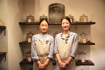 ▲ 左は副店長の丹羽花子さん、右がショップマネージャーの森敦子さん。
