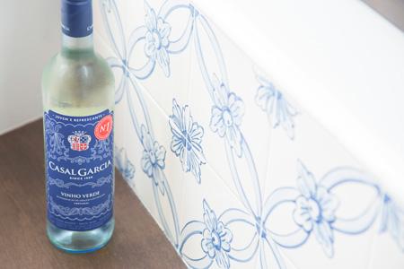 ポルトガルを代表するヴィーニョヴェルデ。 カザルガルシアはボトル2,300円、グラスワイン500円。