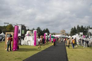 都心開催の日本最大規模のデザインイベントとして、秋の神宮絵画館前はデザイン一色に彩られる。