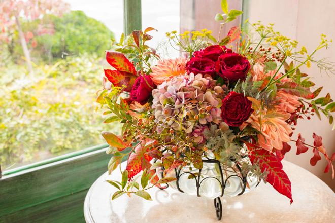 「秋色の素材」 ダリア、秋色のアジサイを中心に、バラの実、ウイキョウ、日本の秋を彩るヤマゴボウを組み合わせたアレンジメント。こんもりとまとめられたダリアとアジサイに、ウイキョウやバラの実の伸びやかな形状を活かして配置。