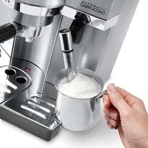 ミルクコンテナを給湯ノズル/フロッサーに付け替えれば、好みの泡立ちも自在。
