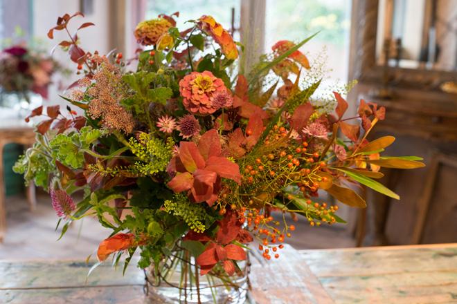 「秋の田園風景」 アジサイで秋の穏やかな雰囲気を演出したブーケ。ヒペリカム、バラの実のほか、ペンペン草など野の草も豊富に取り入れることで、美しさのなかに奔放さと生命力も感じさせる仕上がりになっている。