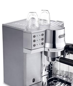 淹れたてのコーヒーが冷めないように、予めカップを温めておけるカップウォーマーも付いている。
