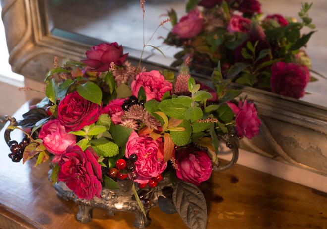 「アンティーク・カラー」 バルボティーヌと呼ばれるアンティークの器に、ローランさんが名づけたバラ「ジャルダン・パフュメ」をはじめオールドローズ系の素材を入れたアレンジメント。バラ、ミント、ヒペリカム、唐辛子などを使い、大人っぽい色の組み合わせでシックに仕上げている。