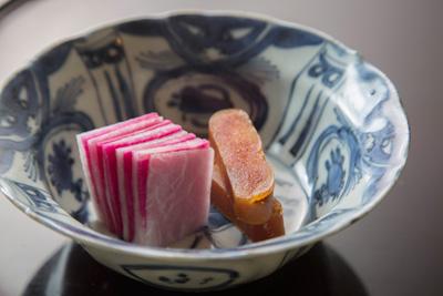 自家製からすみ 中国の白酒をベースにしたハマナスの花のリキュールを 使った自家製からすみ。大根の塩漬けと一緒にお茶漬けで味わう。以下、料理はすべて9,000円のコースより。