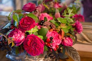 ローランさんが名前をつけた品種「ジャルダン・パフュメ」が美しいアレンジメント。フランス語で「香りの庭」の意味で、香りが高く静岡県三島の市川バラ園が生み出した。