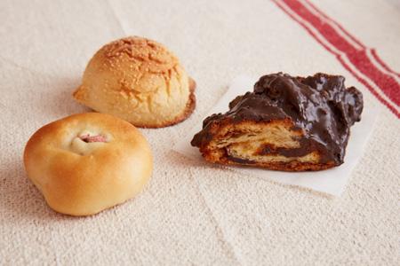 (左)あんぱん 120円 (奥)メロンパン 120円  (右)チョコナッツ(冬季限定) 250円