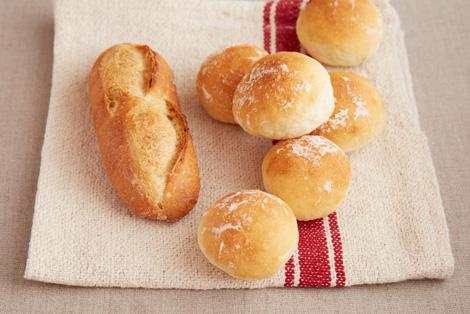 (左)長時間発酵のフランスパン・小 100円 (右)お食事パン(6個入り) 240円