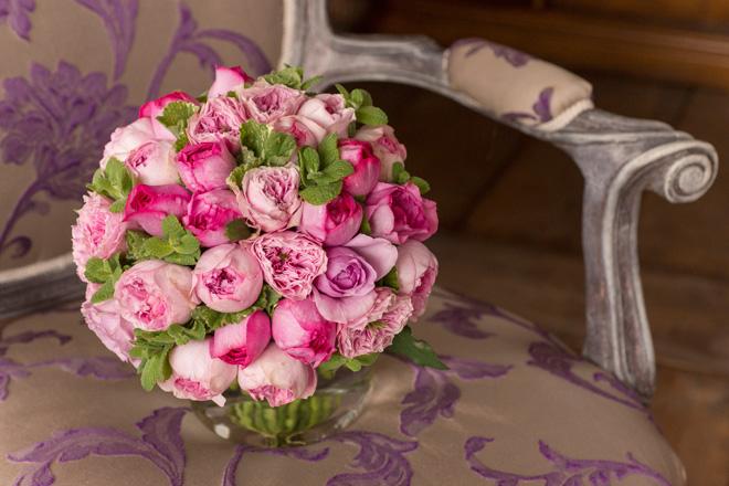 「ウェディングブーケ」 オールドローズ系の大輪の素材を贅沢に使ったウェディングブーケ。ローランさんが名づけた「アムルーズ」も使っている。花びらにしわのある品種で、ふわふわとやわらかなイメージ。バラのあいだにのぞくミント、ゼラニウムのグリーンも映える作品。