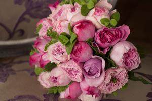 ローランさんのイメージの核はバラ。とくに「香るバラ」は好みの素材で、ご自身が名づけた「アムルーズ」の香りも素晴らしい。