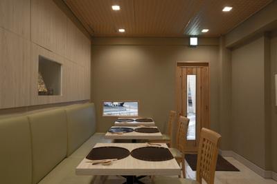 店内のテーブルには塗の半月盆が置かれ、割烹料理店のような和の設え。
