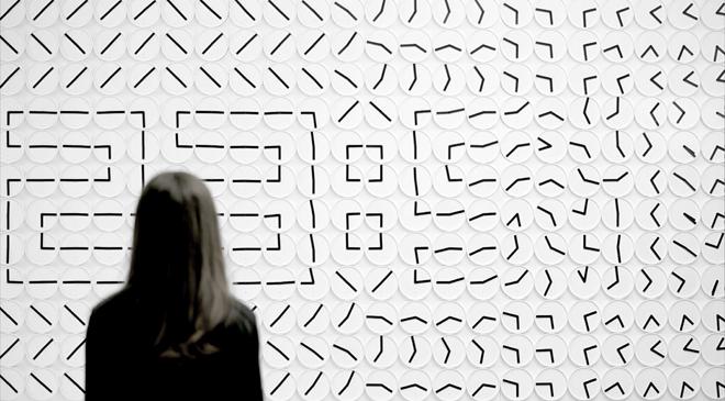 「ア・ミリオン・タイムズ」 /ヒューマンズ シンス 1982 384個ものアナログ時計を配置し、プログラミングされた針が1分ごとに時刻を表示して言葉や数字を紡ぎだす。Photo: Tim Meier