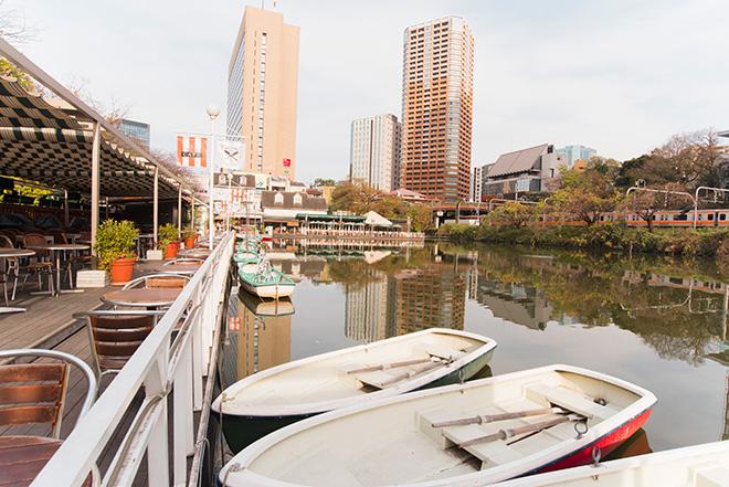 カナルカフェはパリのセーヌ川を思わせるような素敵な場所。ボートが浮かぶお堀は、野鳥、鯉、夏にはホタルまで憩います。