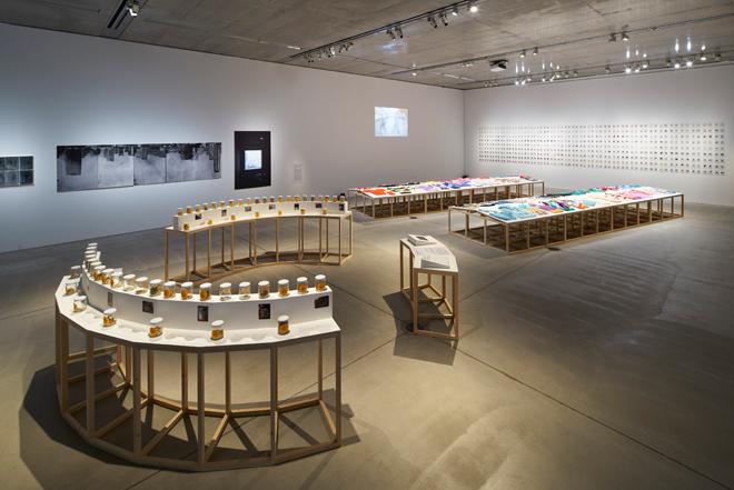「ロースさんのセーター」や「リビング・アーカイヴ」の作品が展示されているギャラリー2 会場風景。Photo:吉村昌也