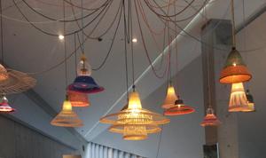 日本の茶筅(ちゃせん)の構造から発想したというランプシェード、「ペット・ランプ」。