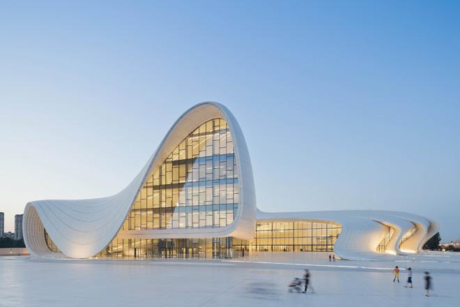 〈ヘイダル・アリエフ・センター〉 バクー 2007-2012 竣工 photo: Iwan Baan (C) Zaha Hadid Architects