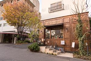 パリ路地裏のレストランやプチホテルを思わせる神楽坂です。