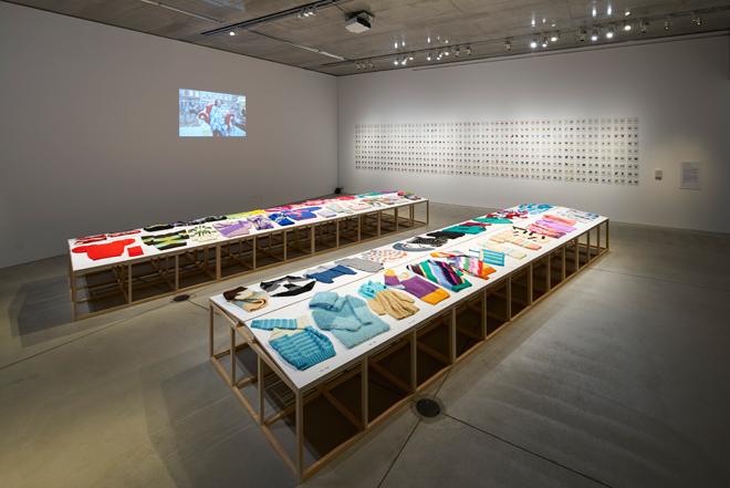 「ロースさんのセーター」/DNA シャロアー & クリスティン・メンデルツマ / ヴァンスファッペン 81歳のオランダ人女性ロースさんによって編み続けられた500枚以上のセーターのうち60枚を展示。Photo:吉村昌也