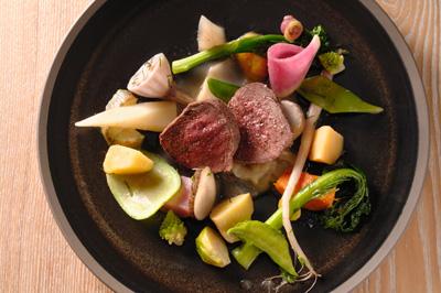 蝦夷鹿シンタマのロースト 優しく火を入れた鹿肉は、澄んだ味わいの中に、噛みしめると旨みが滲み出る。夜のコースの1品。