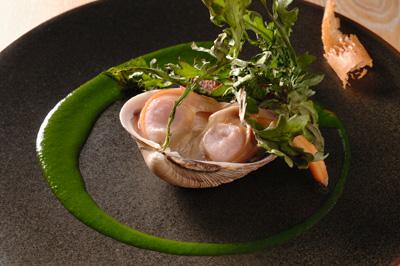 大あさり、春菊、ピエ・ド・コション レアに火を入れたあさりと豚足の二つの味が鮮烈に重なり、 春菊の香りが味わいを引き立てる。貝汁を焼いたカリカリを添えているのがアクセントになる。