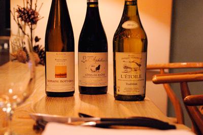 繊細な料理に合わせるワインは、アルザス、ローヌ、ジュラが中心。古いヴィンテージワインをグラスでサービスすることも。