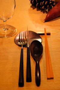ソフトなフォルムのカトラリーも美しい。かしこまらずに 食事ができるようにお箸が添えられている